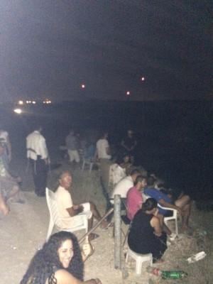 A szderóti mozi: izraeliek egy magaslaton, székeken ülve nézték a Gáza elleni támadást. A detonációkat megtapsolták. pic.twitter.com/WYZquV62O7 @allansorensen72 fotója a Twitteren